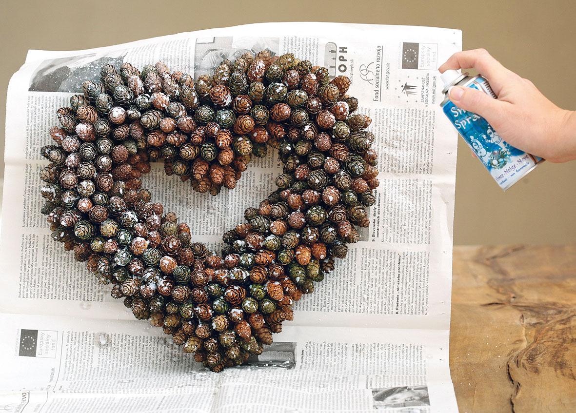3 Hotové srdce nastriekajte dekoračným snehom. Vo vrchnej časti zadnej strany srdca spravte dierku azaveste ho na klinec.
