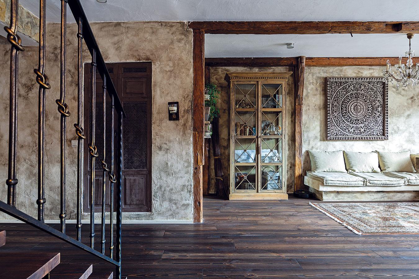 Zemitá farebnosť podčiarknutá netradičnou povrchovou úpravou stien dodáva priestoru špecifický charakter. Oproti schodisku sa nachádza priestranný šatník. Vcelom byte sa použili drevené podlahy.