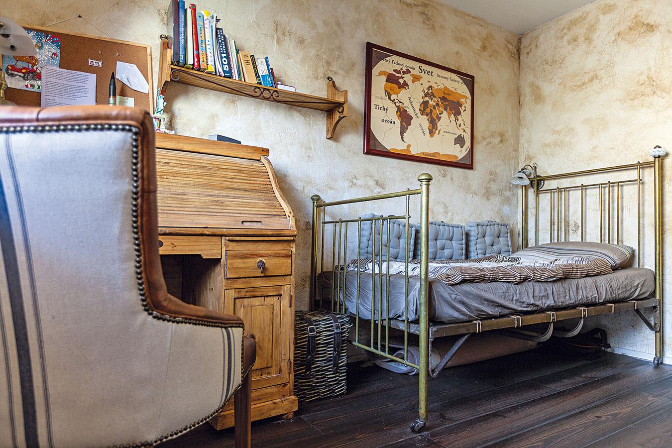 Detské izby sa nesú vpodobnom duchu ako zvyšok tohto veľkorysého bytu srozlohou viac ako 160 m2. Izba menšieho zchlapcov ešte nie je úplne zariadená, keďže väčšinu času trávi najmä srodičmi.