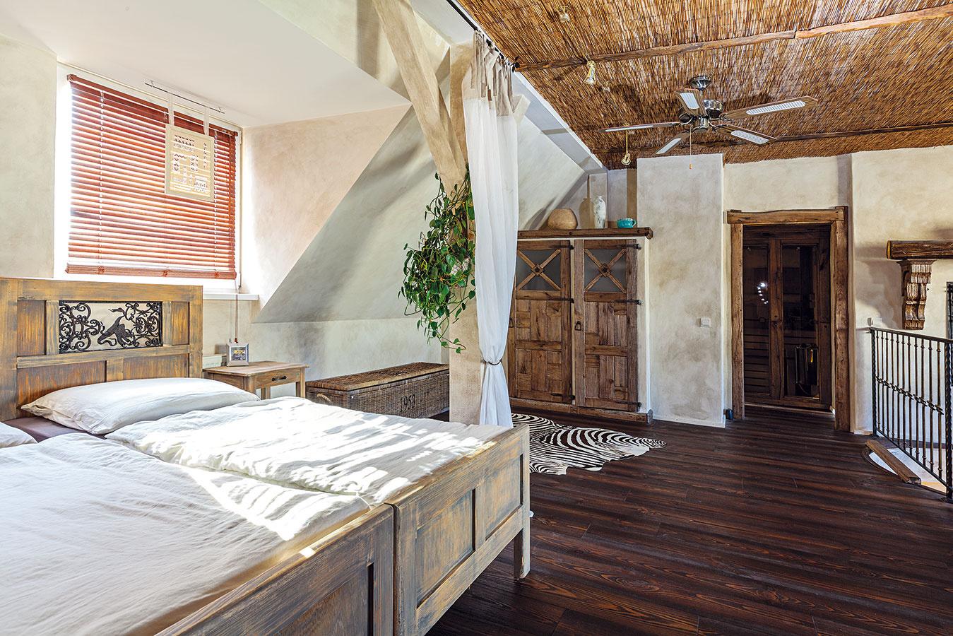 Rodičovskej spálni ana ňu nadväzujúcej kúpeľni so saunou je vyhradené celé poschodie. Postele sú po majiteľkiných starých rodičoch. Museli sa však predĺžiť aako dekoratívny prvok do nich nechali vložiť kovové dvierka zo starých kachlí, ktoré zohnali vkovošrote.