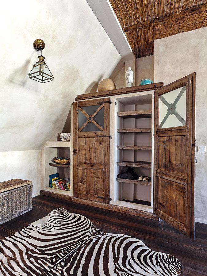 Zaujímavým prvkom interiéru je bezpochyby murovaný nábytok. Patria knemu aj skrine vjednotlivých miestnostiach – detských izbách, rodičovskej spálni či hornej kúpeľni. Skrine dopĺňajú precízne vyhotovené dvierka svkusným kovaním, ktoré interiér pekne dekorujú.