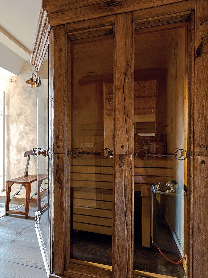 Vbyte chceli mať jeho obyvatelia všetko, čo majú radi, atak bolo jasné, že doň umiestnia aj saunu, po ktorej domáci pán dlho túžil. Fínsku saunu zo svetlého dreva nechali obložiť, vďaka čomu získala absolútne originálnu podobu apunc štýlu, ktorý im je taký blízky.