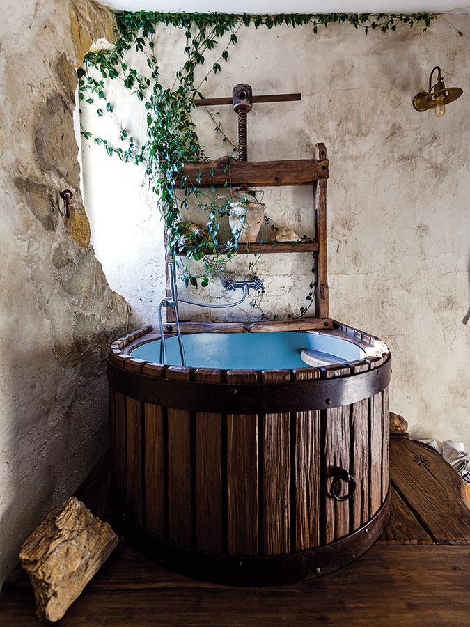 Vaňa vkúpeľni na poschodí plní zároveň aj úlohu ochladzovacieho bazénika, bez ktorého by pôžitok zo sauny nebol úplný. Vedie knemu niekoľko schodíkov, pričom samotný bazénik zaujme najmä svojím tvarom, inšpirovaným lisom na víno.