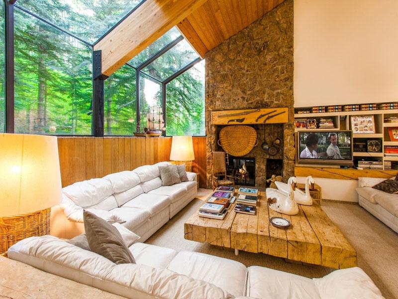 Obývací priestor je priam zaliaty svetlom a drevom v rôznych formách i úpravách, ktoré však stále nechávajú presvitať prirodzenosť tohto materiálu. Vytvára to pocit harmónie a tepla, zachováva atmosféru horskej chaty, ktorá však zároveň prináša luxus a pohodlie. Stačí trocha lakovaného lesku a správne dominantný dizajnový kúsok. Vôbec nie zložitý. Elegancia bielej však urobí s dreveným okolím malý zázrak.
