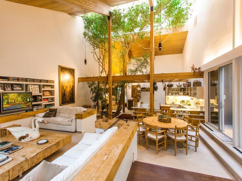 Stromy sa dokonca stali priamou súčasťou interiéru. Mohutnosťou sa síce nemôžu rovnať exteriérovým kolegom, ale v rámci možností sa tiahnu z kvetináča až po strop.