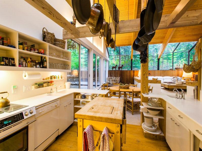 V domácky pôsobiacom prostredí má kuchyňa samozrejme dôležité miesto. Popri dreve sa sem prešmykli aj iné materiály, ale zachovali si výlučne decentnú bielu, nedovolili si rušiť neprirodzenými farebnými výstrelkami. Súčasné pohodlie zostalo aj v réžii luxusných spotrebičov.
