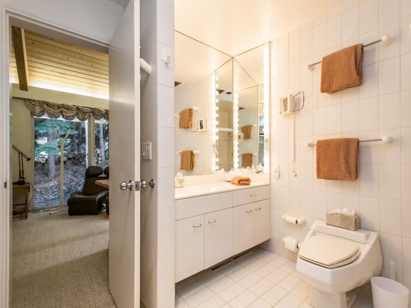 Kúpeľne sa divokému západu v luxusnejšej podobe tiež vyhli. Vládne tam nadčasová jednoduchosť….