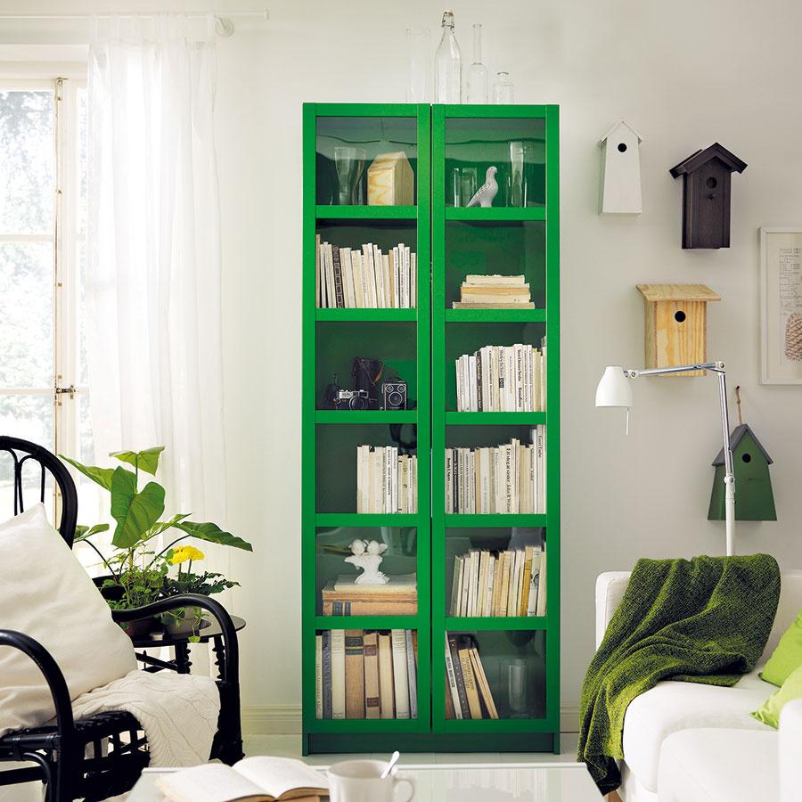 1 DO BIELEHO INTERIÉRU sa priam pýta niečo farebné, oživujúce, čo rozbije snehovú jednoliatosť. Ak si netrúfate na zelenú vitrínu, postačí aj drobnosť vpodobe deky, rastliny či inej dekorácie.