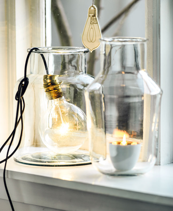NEVYUŽITÉ VÁZY, staré poháre zo zaváranín či iné sklené nádoby chytia druhý dych, len čo ich brušká naplníte čajovou sviečkou alebo obyčajnou žiarovkou. Ak nepatríte medzi vyznávačov záclon, svetlonosov umiestnite na okenný parapet.