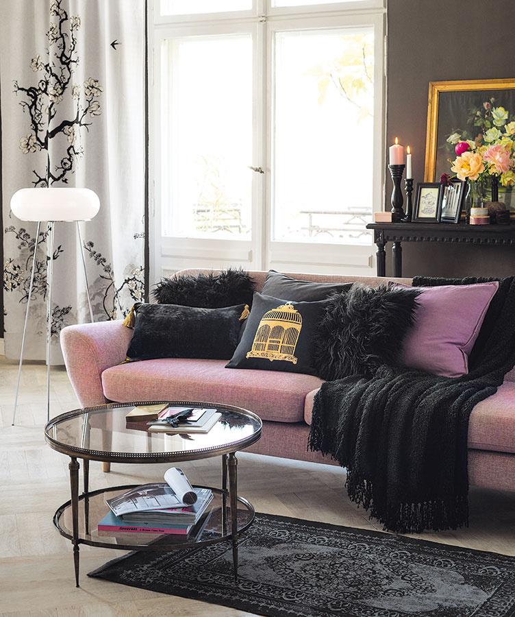 NASÝŤTE OBÝVAČKU odvážnou kombináciou ružovej ačiernej. Táto dvojka zhutní priestor azároveň ho pozdvihne. Niečo v štýle glamour. Asamozrejme, nezabudnite na kvety…