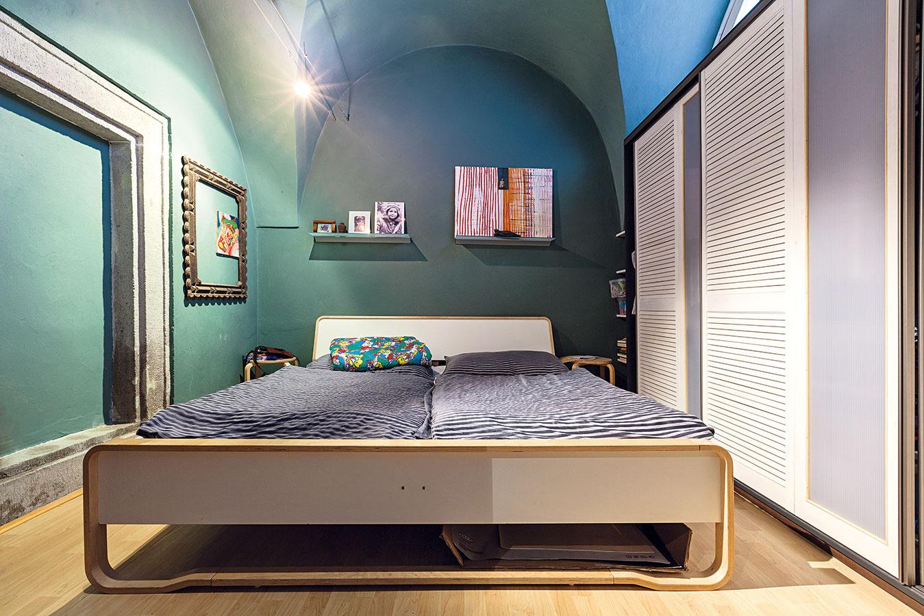 Veľkú miestnosť domáci rozdelili rozoberateľnou priečkou na dve. Teraz majú rodičia samostatnú spálňu za posuvnými dverami, pred ktorými vedie chodbička kdetskej izbe soknom obráteným kTrojičnému námestiu.
