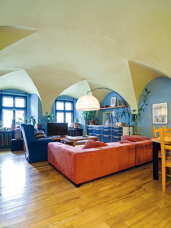 Zátišia, kompozície farieb, výber materiálov, pôvodné architektonické prvky vtesnej blízkosti smoderným dizajnom zmierňujú ponurosť historického priestoru.