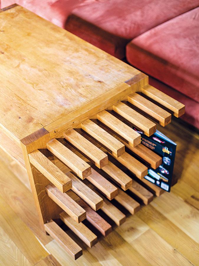 Kobývačkovému ležovisku si Dušan na svoju štyridsiatku priparkoval originálny stolík zdubového masívu.