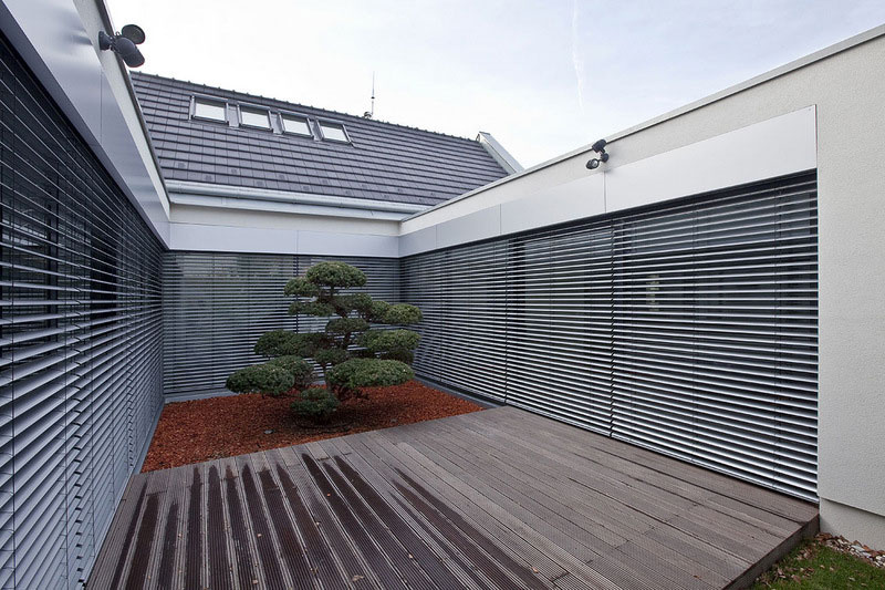 Objekt spája pôvodný prízemný dom spolu s dvomi pavilónovými prízemnými krídlami, pričom vytvárajú pôdorys v tvare písmena U.