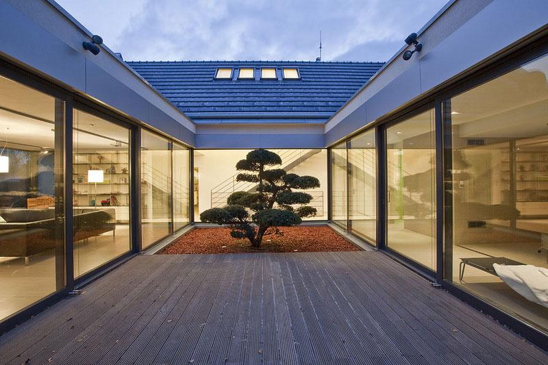 Átrium znásobuje intimitu interiérových priestorov a zároveň umožňuje osvetlenie domu z východnej strany.