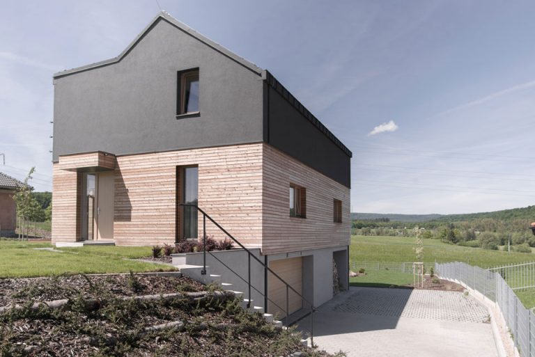 Rodinný dom, ktorý ťaží zo svahovitého pozemku