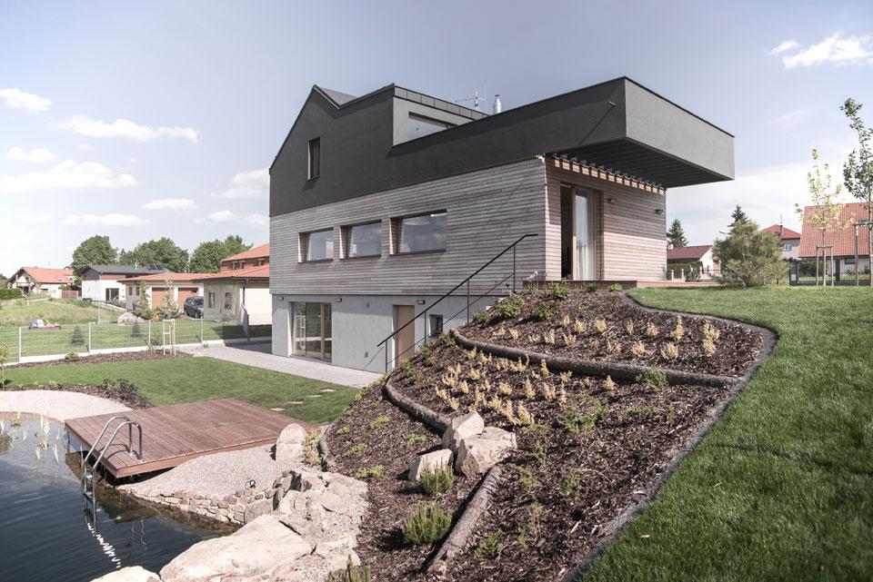 Pohľad na dom zo záhrady. Z 1. PP je vstup k bazénu, z 1. NP sa vstupuje na hornú úroveň záhrady a na 2. NP je vstup na terasu, takže čo poschodie, to možnosť pobytu na čerstvom vzduchu.