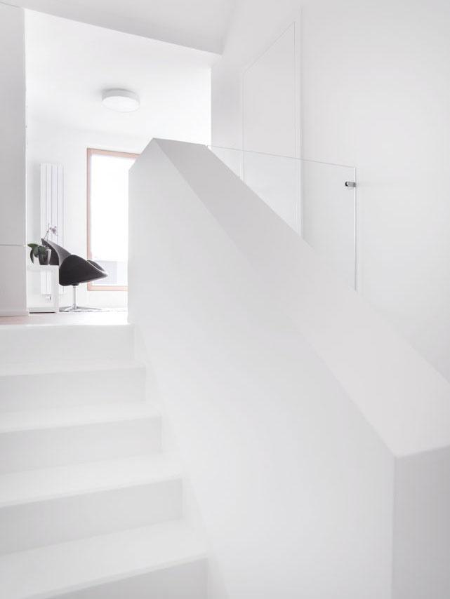 Dobrá práca s priestorom sa podpísala na presvetlení interiéru. Prepojenie poschodí prispieva k pocitu vzájomnej blízkosti.