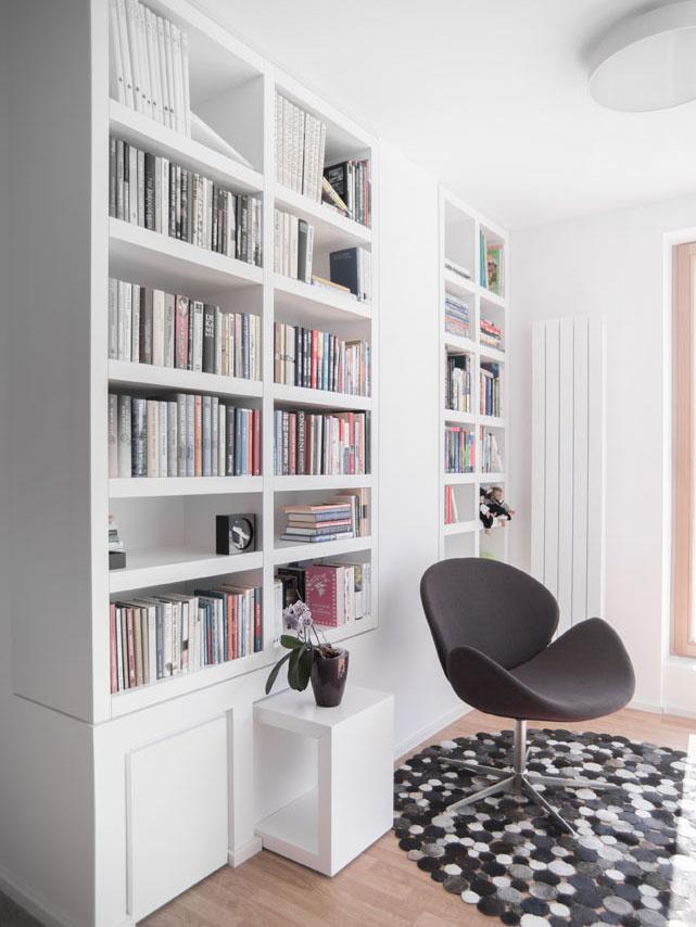Prevaha bielej necháva vyniknúť výrazné prvky, ako je kresielko či koberec.