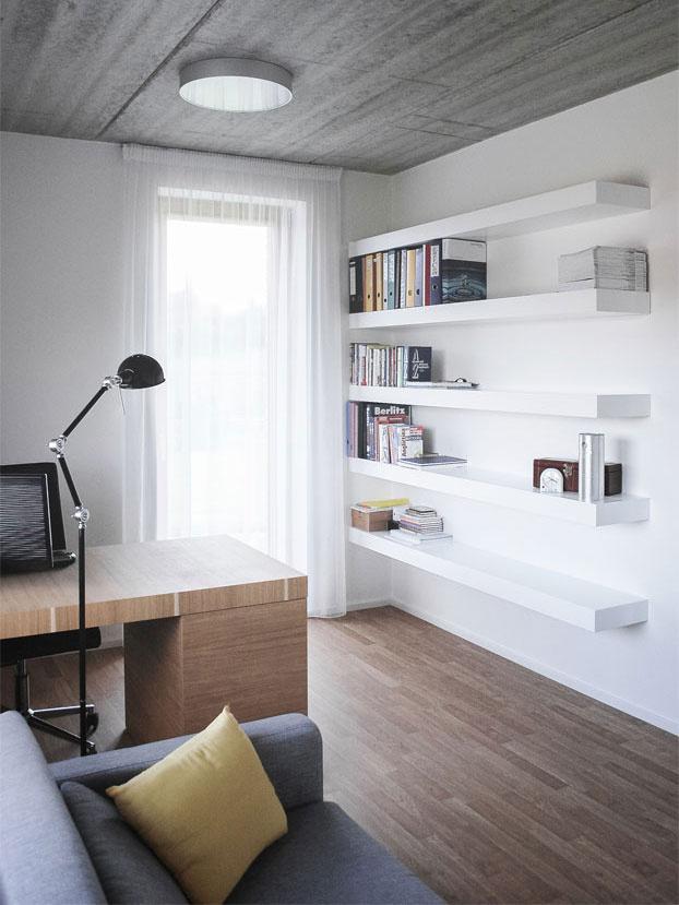 Interiéry sú striedme a praktické. Budú tak dobrou platformou pre život majiteľov, ktorí sa v dome zabývajú.