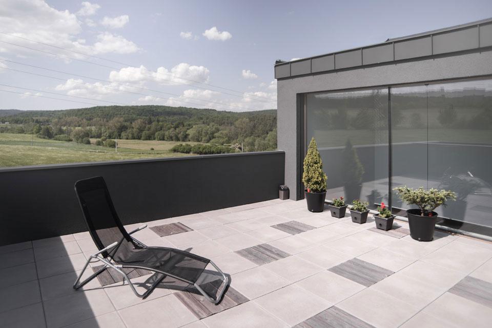Priestranná terasa je bonusom aj vďaka výhľadu na krajinu.