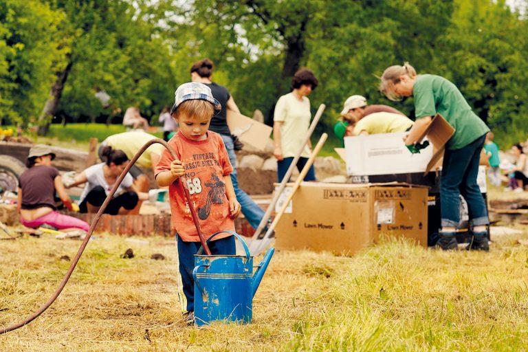 Ešte pred výstavbou slameného domu si vytvorili permakultúrnu záhradu