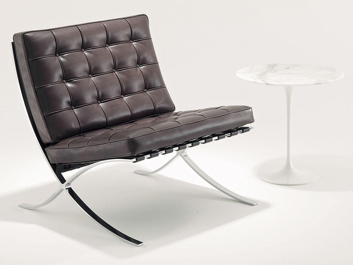 Oficiálnym držiteľom licencie na výrobu kresla Barcelona Chair je americká spoločnosť KNOLL. Okrem neho ponúka tiež pôvodný taburet, adokonca aj zmenšenú detskú verziu tejto fenomenálnej nábytkovej ikony. Od 7 984 $, KNOLL