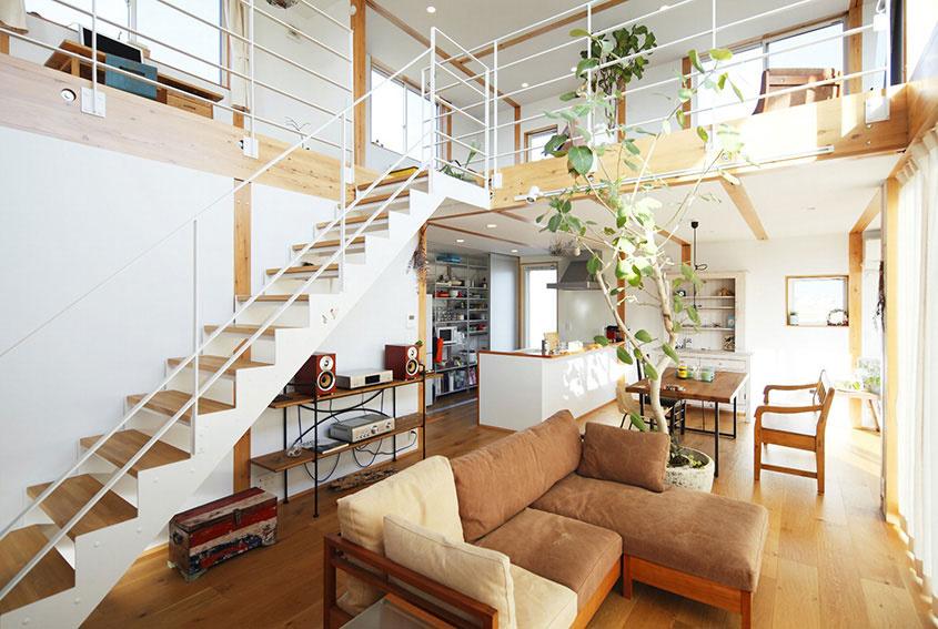 Prvému podlažiu dvojposchodového domu dominuje centrálny otvorený priestor, v ktorom cítiť aj tradičné princípy japonského dizajnu. Typická je striedmosť, praktickosť a upokojujúci kontakt s prírodou. Drevo je rozhodne na prvom mieste, rastliny tiež nechýbajú. Biely podklad je decentný a necháva všetko vyniknúť. Haldy nábytku nahradila efektívnosť zopár kúskov.