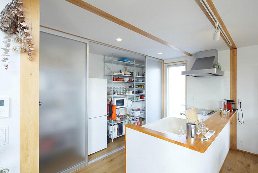 Otvorené kuchynské police prinášajú do interiéru závan farebnosti a magickú atmosféru každodennosti podobne ako kopa zdedených a osobných drobností rozmiestnených po celom dome.