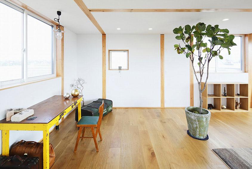 Štýl tohto nábytku sa neohraničuje časom ani kvalitou náteru, ale tým, čo si pamätá a kto ho používal. Žltá pritom priestor s citom oživí, na to netreba zabudnúť.
