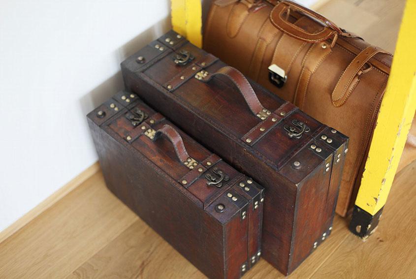 """A čo je pod nimi? Napríklad aj prechádzka """"dejinami"""" s kufrom."""