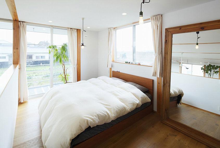 V spálni sa opäť prejavilo funkčné, no aj drevene šarmantné usporiadanie. Vedeli ste, že veľkým zrkadlom málokedy niečo pokazíte? Stačí si vybrať…historické či moderné?
