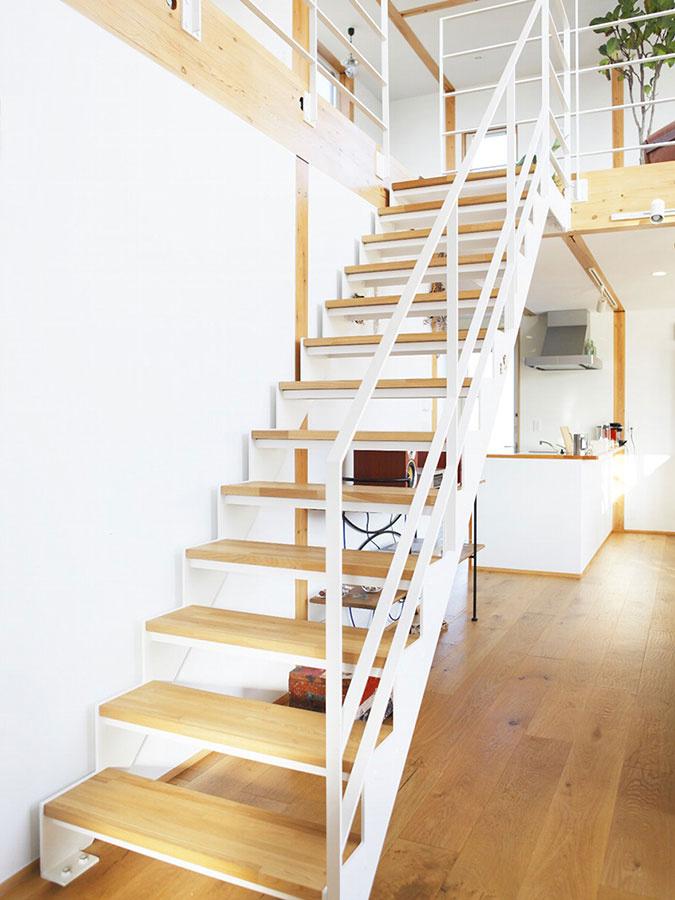 """Cestou na poschodie si znovu vychutnáme hru svetla na schodisku, ktoré by svoj dizajnérsky odraz našlo v rôznych obdobiach. Znovu ide o """"mimočasový"""" príjemný minimalizmus."""