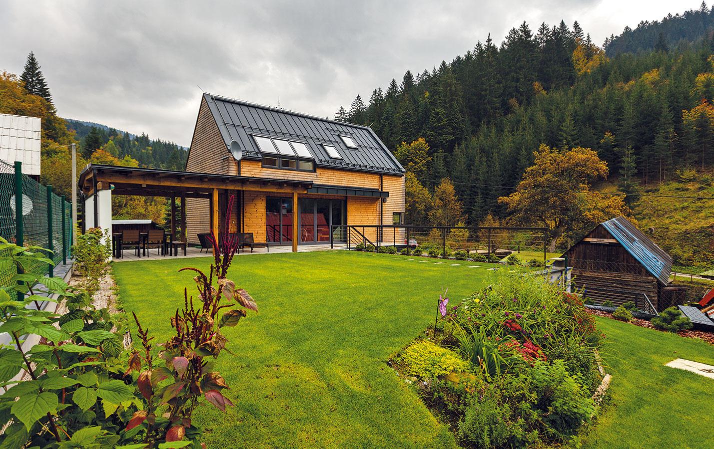 Súčasná prírodná architektúra. Aby dom dokonale zapadol do prostredia horskej doliny, obložili jeho steny drevom bez farebnej povrchovej úpravy. Farebnosť dreva decentne dopĺňa tmavosivá hliníková strecha, okenné rámy aďalšie detaily vrovnakom antracitovom odtieni.
