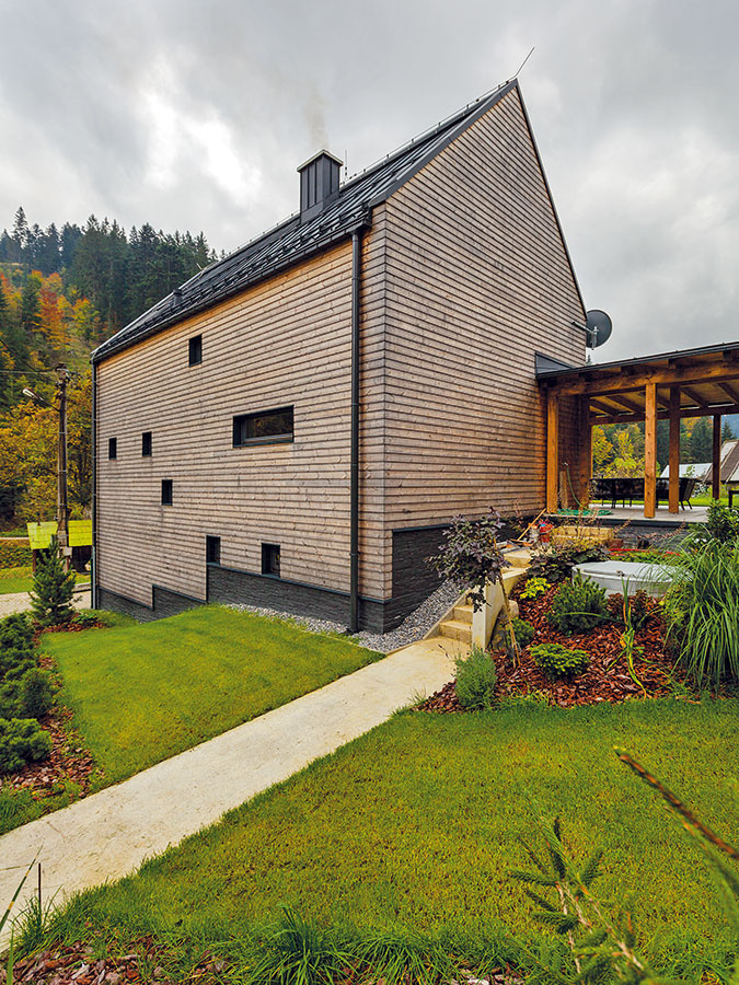Jednoduchosť a tvarová čistota vdetailoch charakterizujú aj strechu domu. Vďaka prostému tvaru bez presahov navyše predišli problémom napríklad pri náporovom vetre.