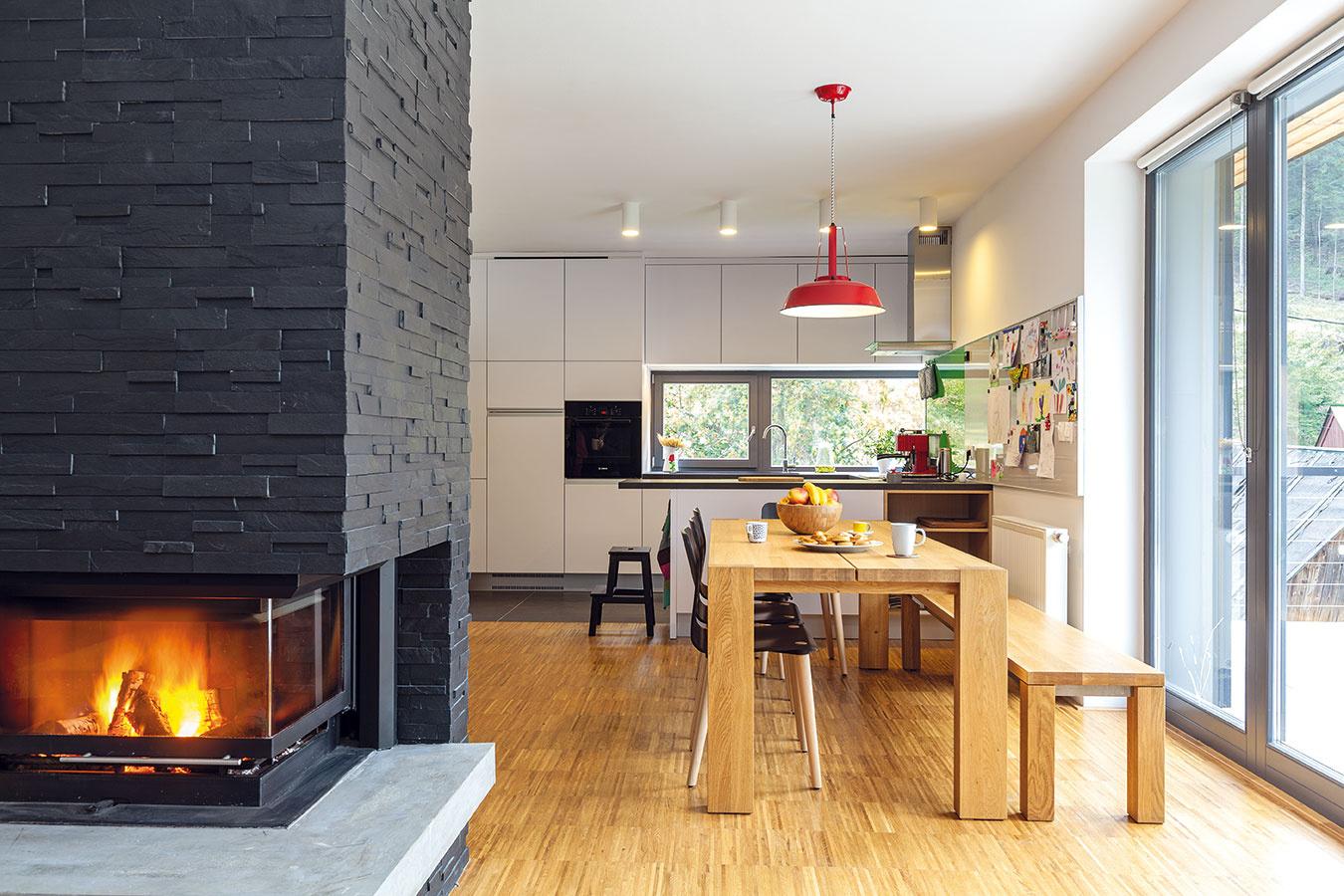 """Vseverskom štýle. Aby dosiahli čistý vzhľad, azároveň príjemný pocit útulnosti, skombinovali architekti jednoduché tvaroslovie sprírodnými materiálmi. """"Vinteriéri prevláda drevo, ostatné prvky, stropy asteny, sú väčšinou biele. Chceli sme dosiahnuť istú podobnosť so škandinávskou architektúrou,"""" približuje zámer architekt Chupáč. (stôl: Javorina, stoličky: Ton)"""