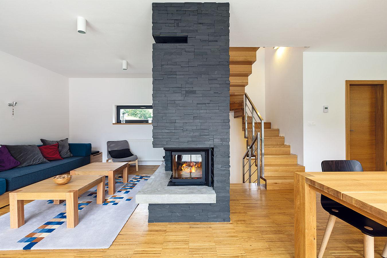 """Interiér celého domu zjednocuje dubové drevo. Inšpiráciu na podlahu si domáci priniesli zHaagu: """"Takzvaná priemyselná podlaha je vlastne 2,5 cm hrubé masívne drevo, takže je veľmi odolná,"""" vysvetľuje Dušan Chupáč. """"Neumožňuje však použiť podlahové vykurovanie,"""" pokračuje. """"Klasické radiátory tu boli lepšou voľbou aj preto, že dom nie je trvalo obývaný, takže je dôležitý krátky čas nábehu kúrenia."""""""
