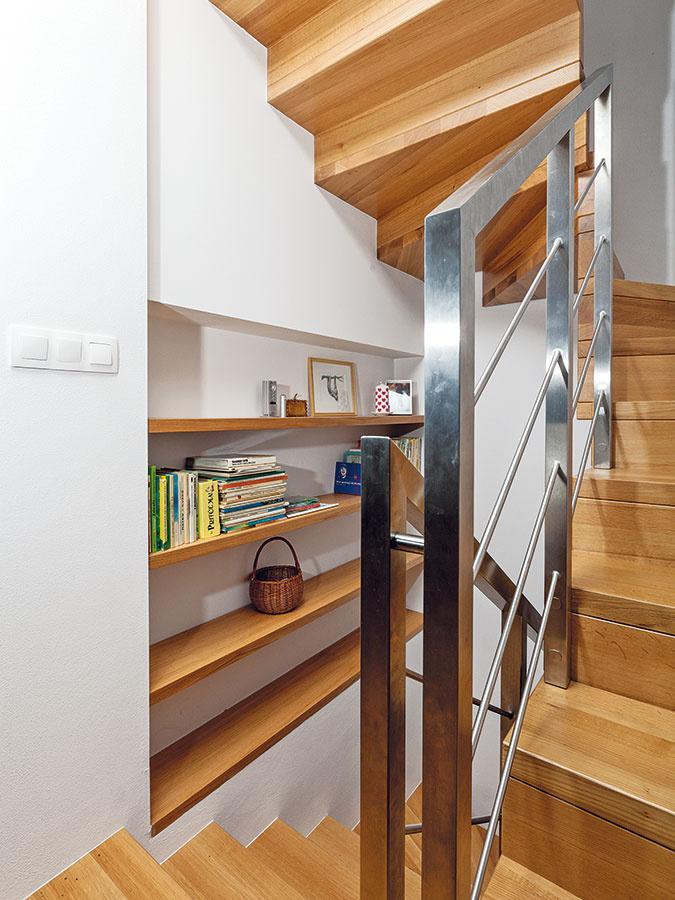 Cez tri poschodia. Niektoré prvky sa mladým investorom zHolandska na Slovensko nepodarilo preniesť – naše normy sú totiž prísnejšie napríklad pri šírke dverí či strmosti schodov. Aj preto nebolo možné v tomto priestore zrealizovať pôvodne plánované priame schodisko.