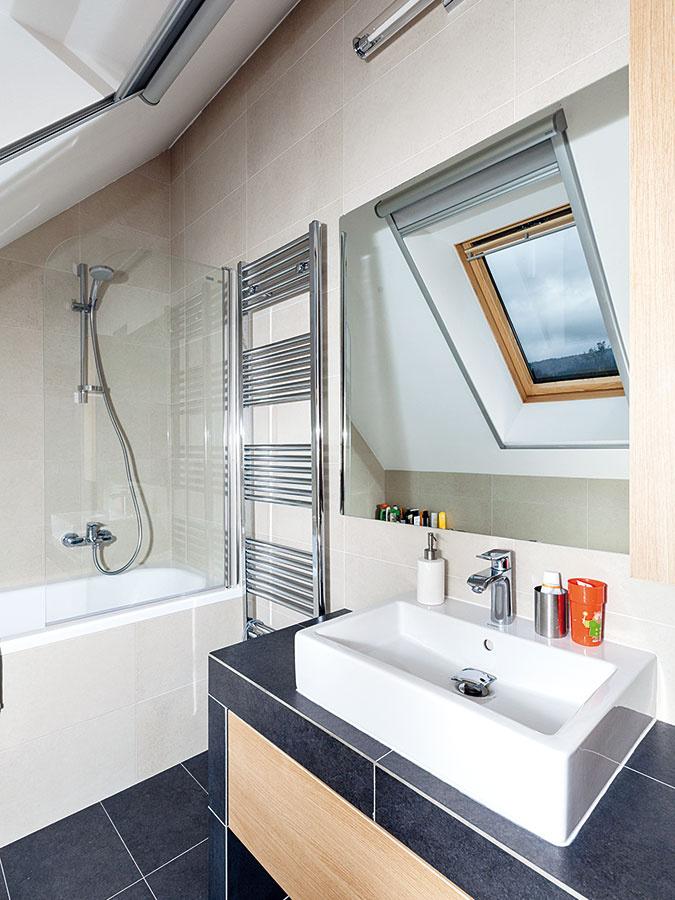 Kúpeľňa v podkroví, rovnako ako všetky ostatné interiéry, ctí zásadu jednoduchosti.