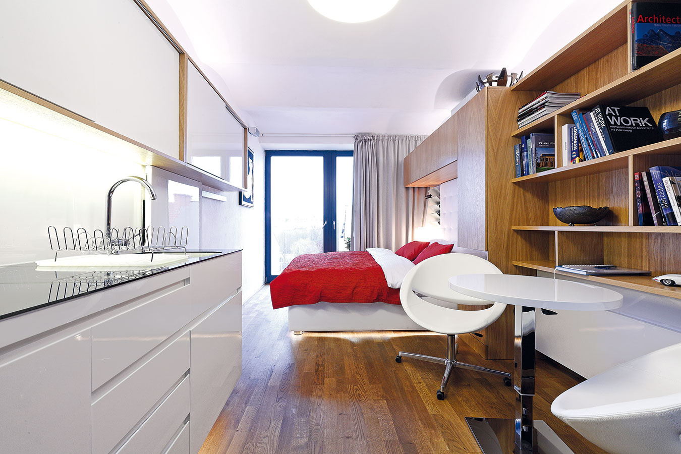 Malometrážny byt na najvyššom poschodí brnianskej bytovky navrhol architekt Adam Rujbr. Obývačku, kuchyňu, jedáleň, pracovňu, spálňu, predsieň, kúpeľňu, adokonca aj samostatnú toaletu sa mu vďaka dômyselným riešeniam podarilo vpratať na neuveriteľných 21 m2.