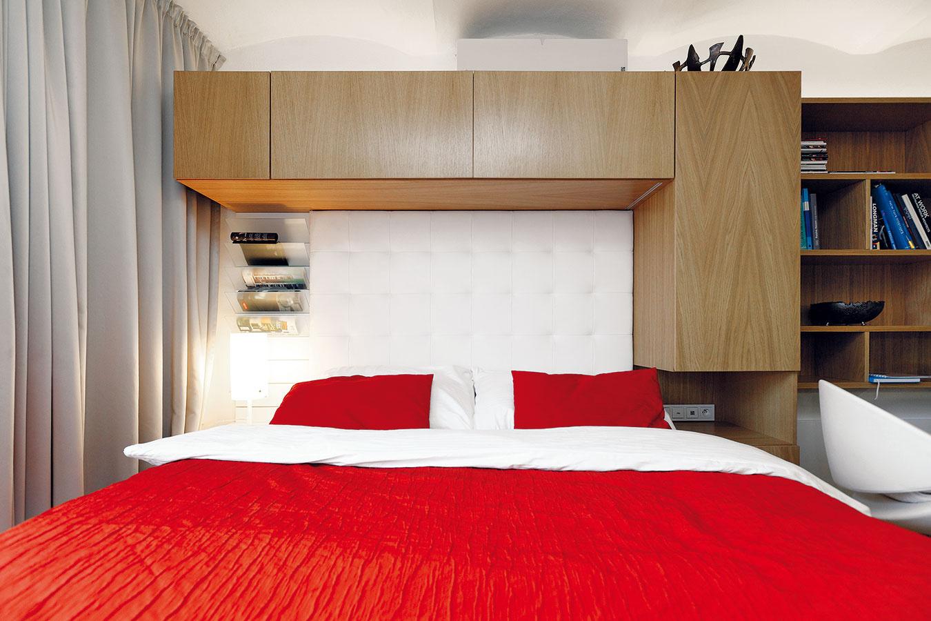 Nad posteľou je okrem skriniek (tých vmalom byte nie je nikdy dosť) aj takzvaná reverzibilná klimatizačná jednotka (resp. tepelné čerpadlo vzduch-vzduch), ktorá sa stará otepelnú pohodu vlete aj vzime, prikúriť sa dá tiež kozubovou pieckou.