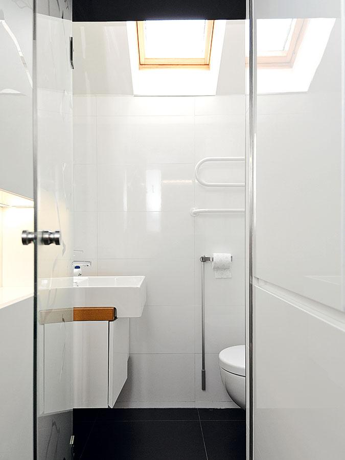 Oproti je toaleta sumývadlom. Na minimálnej ploche tak nájdete všetko, čo na hygienu hodnú 21. storočia potrebujete.