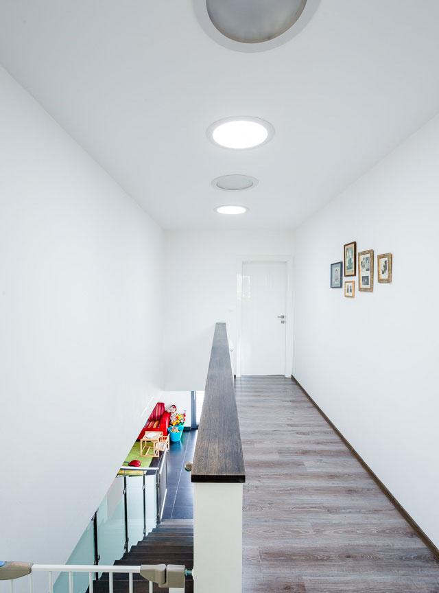 Svetlovody privádzajú do chodby denné svetlo, aj keď je zamračené. Tým znižujú náklady na svietenie až o 400 hodín ročne.