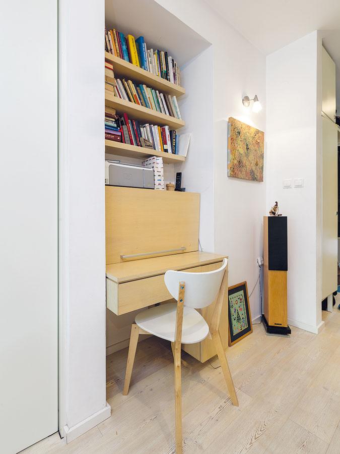 Praktický pracovný kútik sa nachádza vdennej časti bytu aje podobne ako väčšina nábytku vtomto priestore vyrobený na mieru. Všetky nevyhnutnosti sú ukryté priamo vstolovej časti.