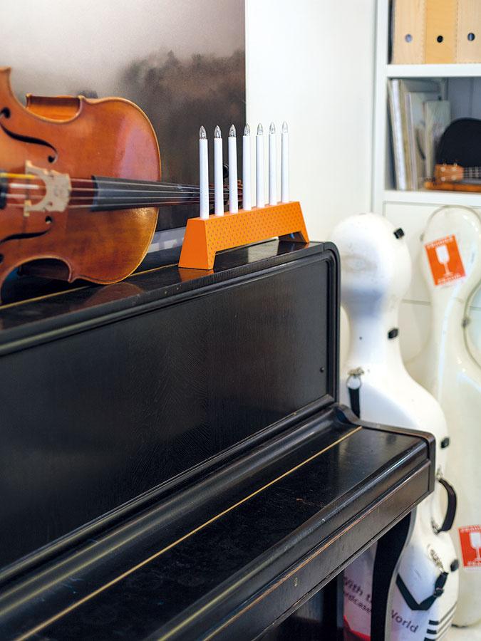 Skúšobni domáceho pána, violončelistu Jozefa, vládnu hudobné nástroje.Počas dňa vnej trávi niekoľko hodín avčase návštev slúži aj ako hosťovská izba.