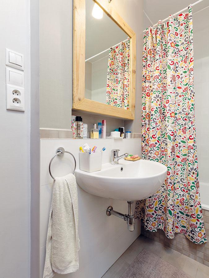 Kúpeľňa je vbyte len jedna arána tak bývajú často náročnejšie. Vďaka správnej organizácii však rodina všetko zvláda. Sú tu dva vchody – zchodby od detskej izby azrodičovskej spálne. Toaleta je samostatná.