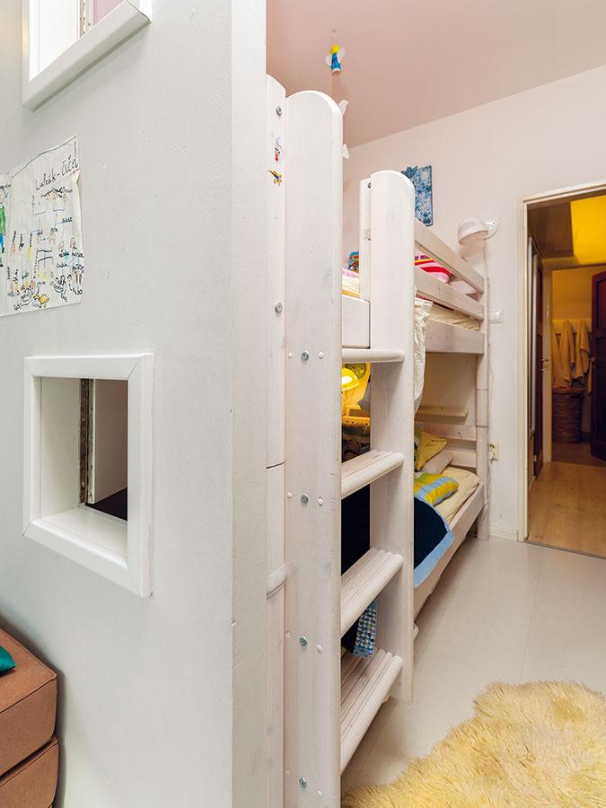 Poschodovú posteľ obývajú dve menšie deti Eliška aLeo. Priečka suzatvárateľnými okienkami zabezpečuje prúdenie vzduchu apriestor aj presvetľuje. Ak chcú mať viac súkromia, okienko skrátka zatvoria.