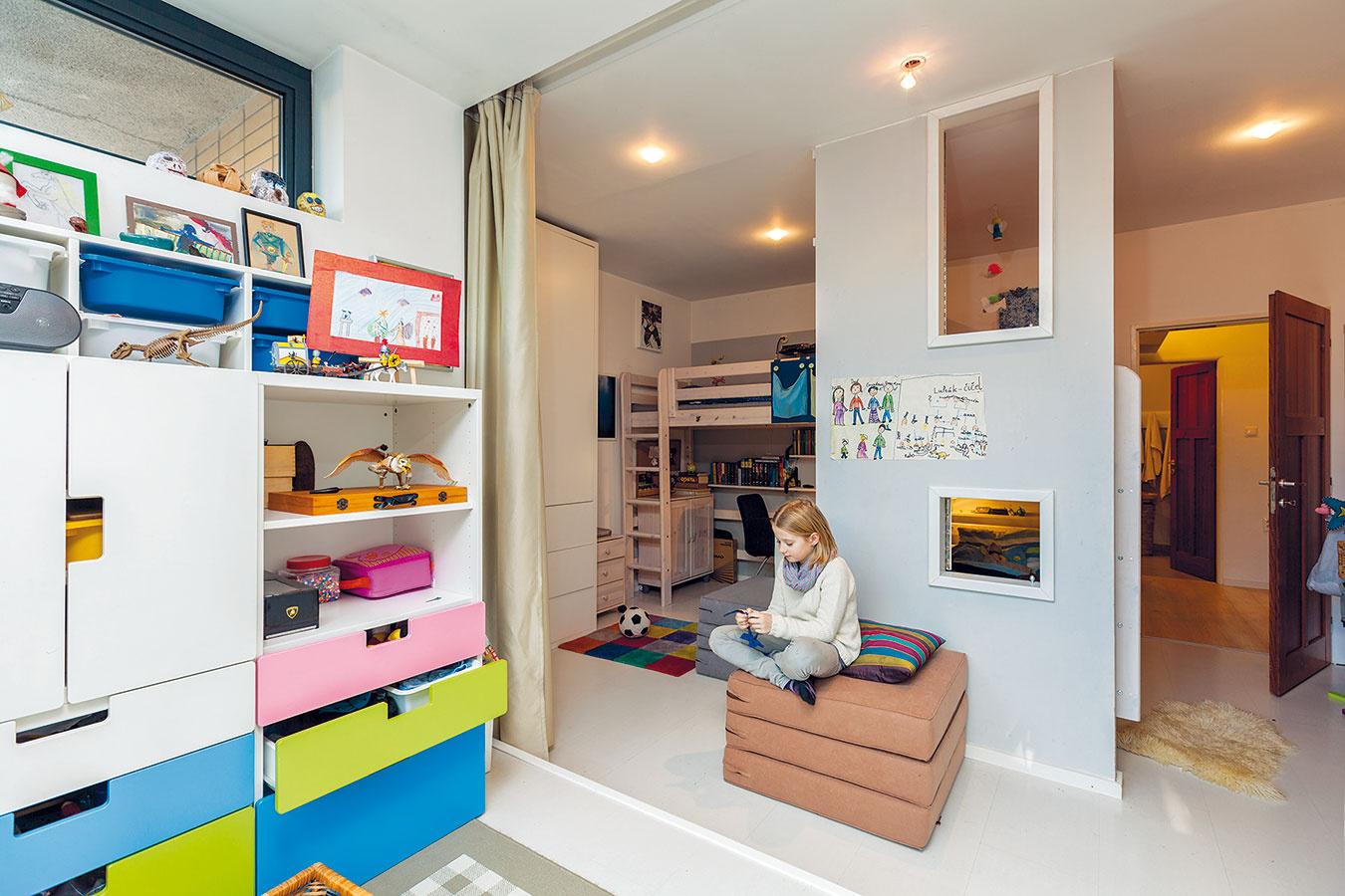 Detskú izbu, ktorú obývajú tri deti rôzneho veku ipohlavia, poňala majiteľka aarchitektka vjednej osobe ako mesto. Chcela, aby malo každé dieťa svoje súkromie, atak sa steny neobstavali posteľami, ale vybudovala sa praktická priečka.