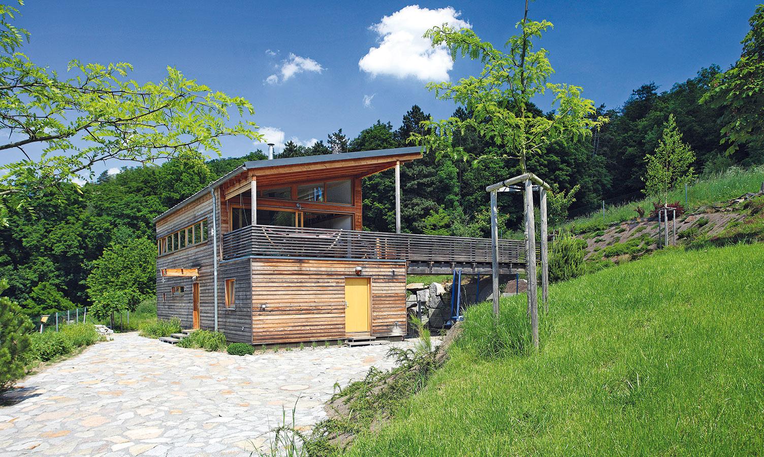"""Drevená fasáda je pravdivým obrazom prírodnej podstaty tohto striedmeho domu – jeho steny tvorí drevená stĺpiková konštrukcia sdifúzne otvorenou skladbou, izolovaná minerálnou vlnou. """"Investori sa od začiatku tešili na maximálne prírodný dom, ktorý čo najskôr získa sivočiernu patinu,"""" hovorí jeho autor, architekt Pavel Horák."""