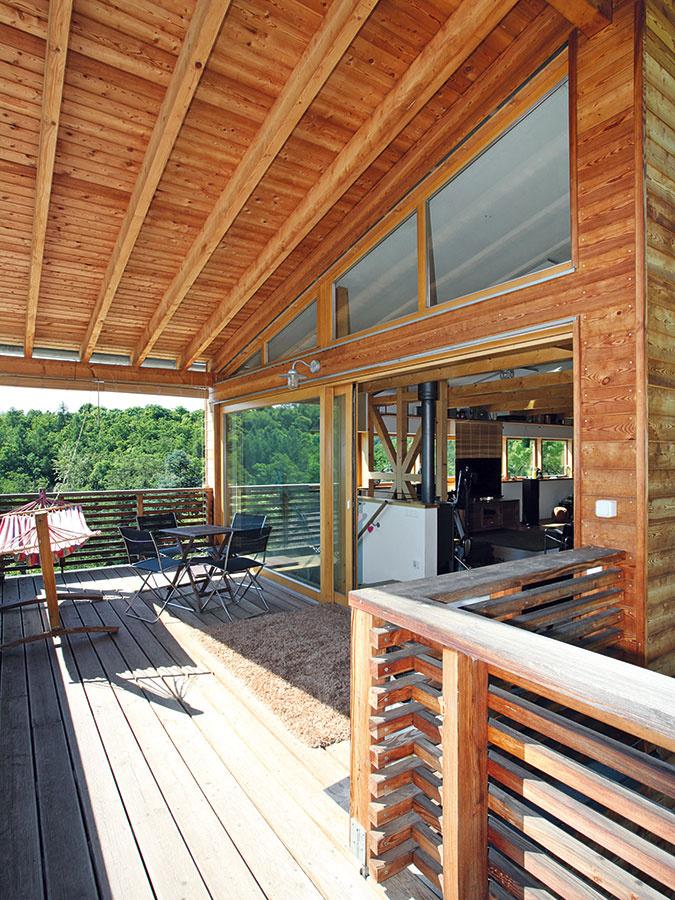 Vtieni na slnečnej strane. Terasu, ktorá nadväzuje na dennú časť na poschodí, orientovali architekti na juhozápad. Pred poludňajšou horúčavou ju chráni presahujúca strecha.